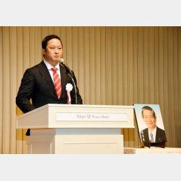 北海道5区補選で当選を決めた和田義明氏(右は故・町村信孝氏の写真)
