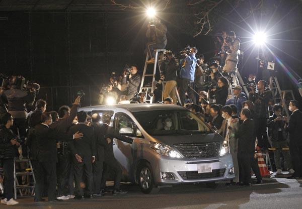保釈され警視庁本部から出てきた清原被告を乗せた車(C)日刊ゲンダイ
