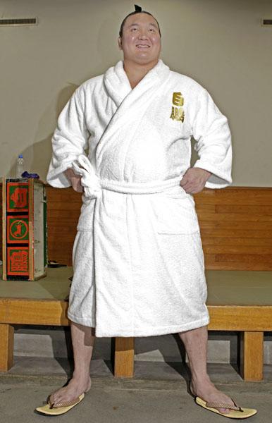 風呂上りのバスローブ姿(C)日刊ゲンダイ