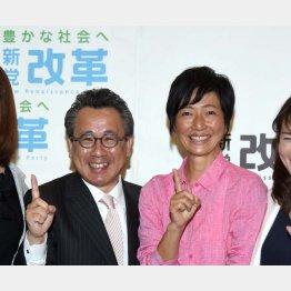 新党改革から東京選挙区で出馬する女優の高樹沙耶(荒井議員と)/(C)日刊ゲンダイ
