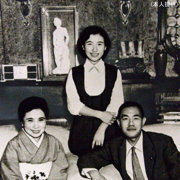 田中角栄夫妻と真紀子氏(写真中)(提供写真)