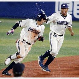 ロペスにペットボトルの水をかけられる倉本(C)日刊ゲンダイ