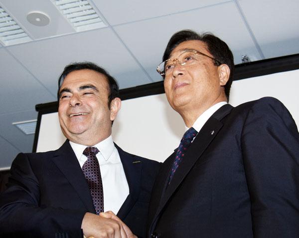 してやったり?(左から日産・ゴーン社長と三菱自・益子会長)/(C)日刊ゲンダイ