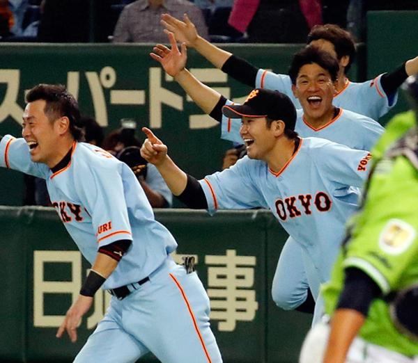 サヨナラ勝ちで喜ぶ菅野(中央)/(C)日刊ゲンダイ