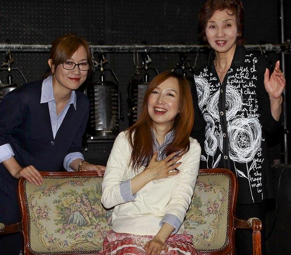 (左から)舞台「桂由美物語」に出演する高樹澪、森口博子、汀夏子/(C)日刊ゲンダイ