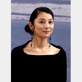 秘書役の小池栄子がスパイスになっている(C)日刊ゲンダイ