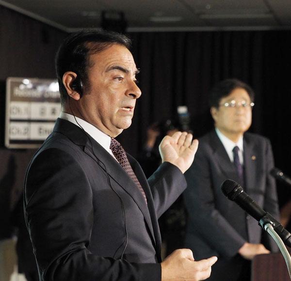 ゴーン社長(左)の作戦勝ち?(C)日刊ゲンダイ