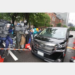 清原被告を乗せた車のはずが…(東京地裁前)/(C)日刊ゲンダイ