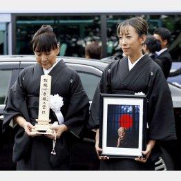 位牌を持つ宏子さん(左)と娘の実花さん(C)日刊ゲンダイ