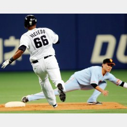 六回、坂本(右)がギャレットの悪送球に体を伸ばすが…(C)日刊ゲンダイ
