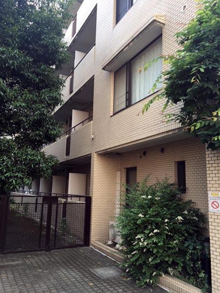 福山のマンションから目と鼻の先にある宮本容疑者の自宅マンション(C)日刊ゲンダイ