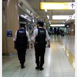 都内の地下鉄構内を巡回する警察官(C)日刊ゲンダイ