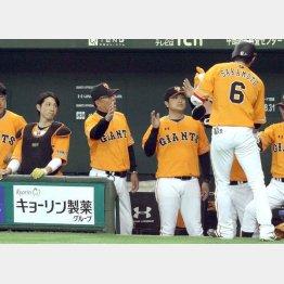 坂本を迎える(右から)高橋監督、村田ヘッドコーチ、小林(C)日刊ゲンダイ