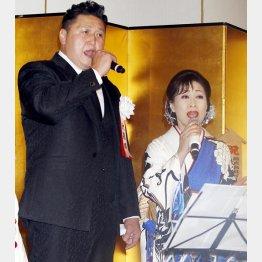 スーツ姿もお似合い(C)日刊ゲンダイ