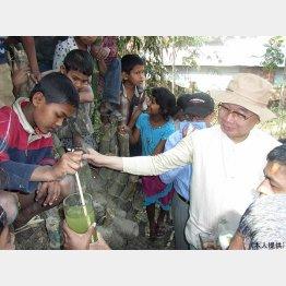 バングラデシュの子どもたちと(提供写真)
