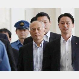 SPを引き連れ本会議場へ向かう舛添都知事(C)日刊ゲンダイ