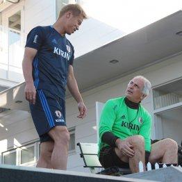 日本代表の練習中に話し合う本田圭佑とハリルホジッチ監督
