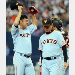 今季初勝利を挙げた大竹(左)と尾花コーチ(C)日刊ゲンダイ