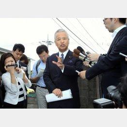 """地元事務所で""""青空会見""""の様相"""