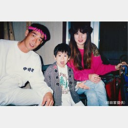 前田が幼少期の頃の父・治茂と母・幸代(前田家提供)