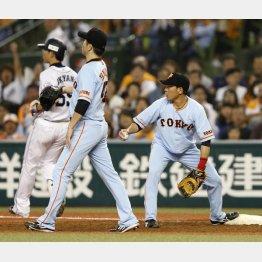脇谷(右)が投ゴロの送球をポロリ(C)日刊ゲンダイ
