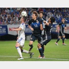 ゴール前でFW岡崎とかぶってしまったFW浅野(C)六川則夫/ラ・ストラーダ