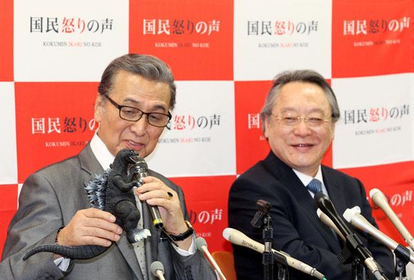 ゴジラも応援?(左から俳優の宝田明氏、小林節氏)/(C)日刊ゲンダイ