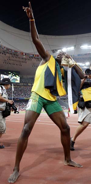 08年北京五輪の4×100Mリレー優勝の後に「ライティング・ボルト」ポーズをするボルト(C)日刊ゲンダイ