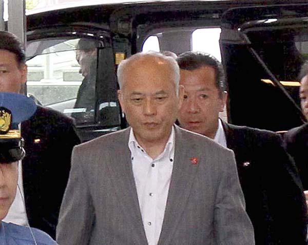 15日午前、登庁した舛添都知事(C)日刊ゲンダイ