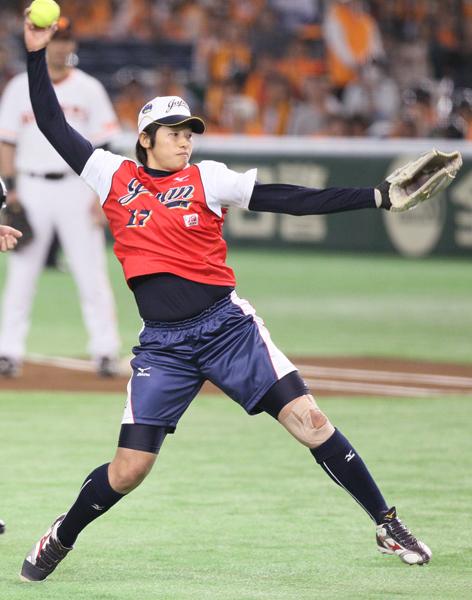 始球式で大歓声を浴びていた上野(C)日刊ゲンダイ