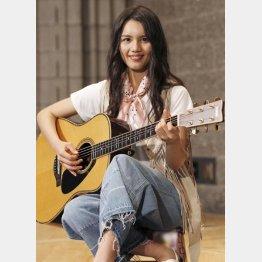制作発表会でギター片手に生歌を披露(C)日刊ゲンダイ