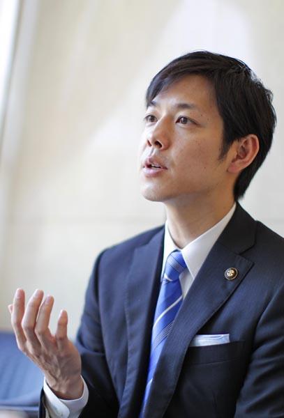 現在2期目の鈴木直道氏(C)日刊ゲンダイ