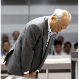 辞職が決まり頭を下げる舛添都知事