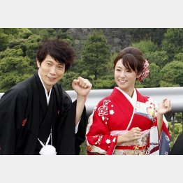 和服姿の佐々木蔵之介と深田恭子(C)日刊ゲンダイ