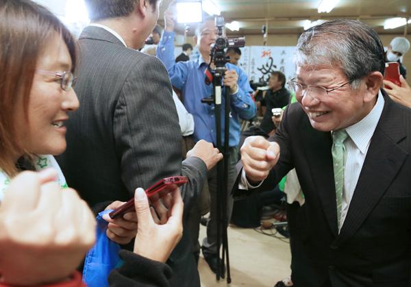 小選挙区で勝った赤嶺政賢衆院議員(右)/(C)日刊ゲンダイ