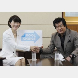 藤岡弘、と握手を交わす丸川大臣(C)日刊ゲンダイ