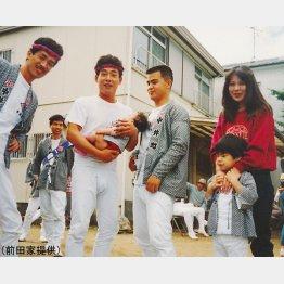 父の退院直後、仲間たちとだんじり祭に参加した母と前田(右端)。友人が抱っこしているのは前田の妹/(前田家提供)