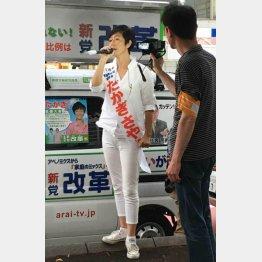 オールホワイトのファッションで第一声(C)日刊ゲンダイ