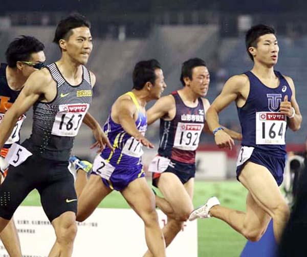 決勝進出を決めた1着山県亮太(左)と桐生祥秀(C)日刊ゲンダイ