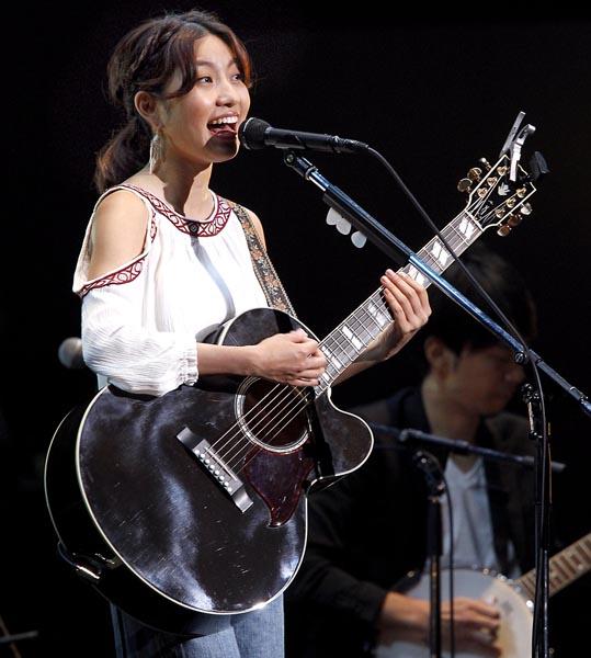 Rihwaは限定ライブを披露(C)日刊ゲンダイ