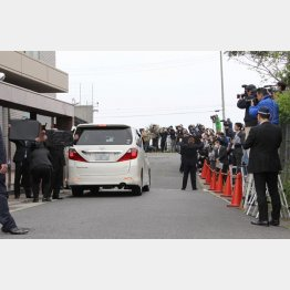 神戸山口組の定例会に集まった報道陣と防弾チョッキの警察官ら(C)日刊ゲンダイ