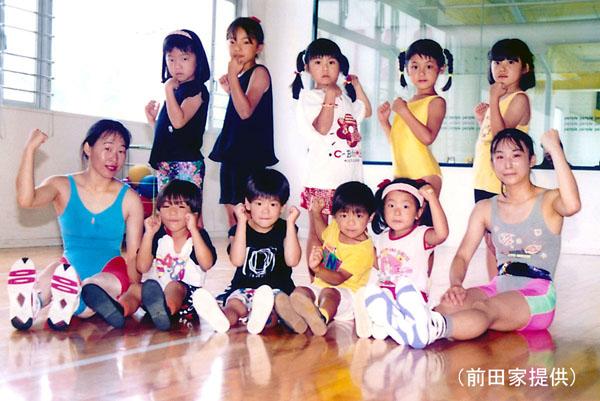 幼少期の前田(前列左から3人目。両脇は親友の仲谷さん兄弟)(前田家提供)