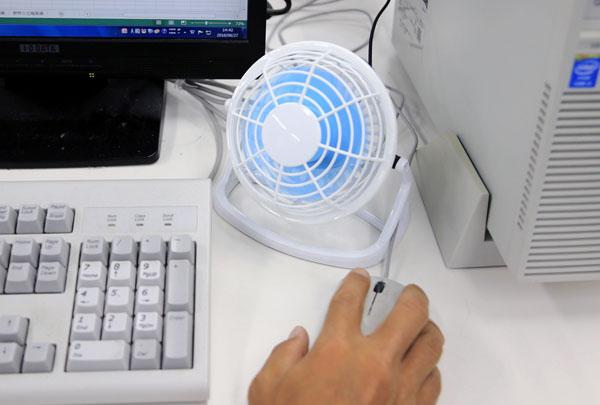 PCの横に収まるコンパクトサイズ(C)日刊ゲンダイ