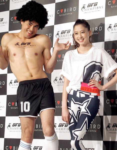 小島よしお(左)と河北麻友子(C)日刊ゲンダイ