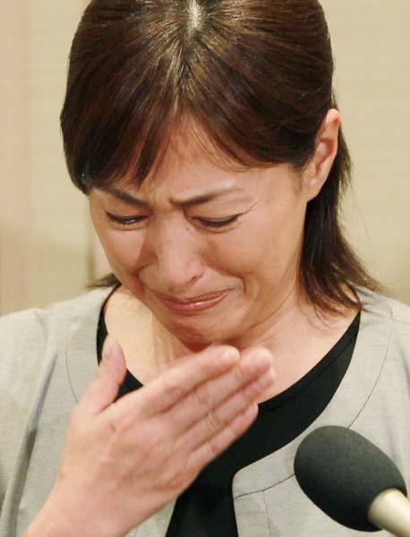 涙を流して沈黙する場面も…(C)日刊ゲンダイ