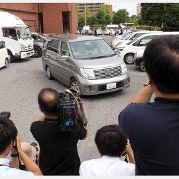 送検される県立高校2年の男子生徒の車