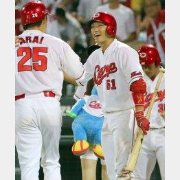 5回に本塁打を放った新井(左)を迎える鈴木誠也(C)日刊ゲンダイ