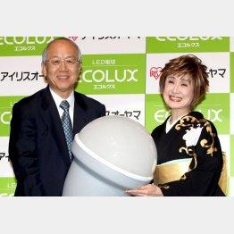 2010年、LED電球のCMに小林幸子を起用(左は大山社長)