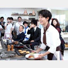 キャストや報道陣の前で料理の腕前を生披露(C)日刊ゲンダイ