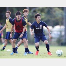 笑顔でプレーする主力組のMF遠藤(左)とMF中島(C)六川則夫/ラ・ストラーダ